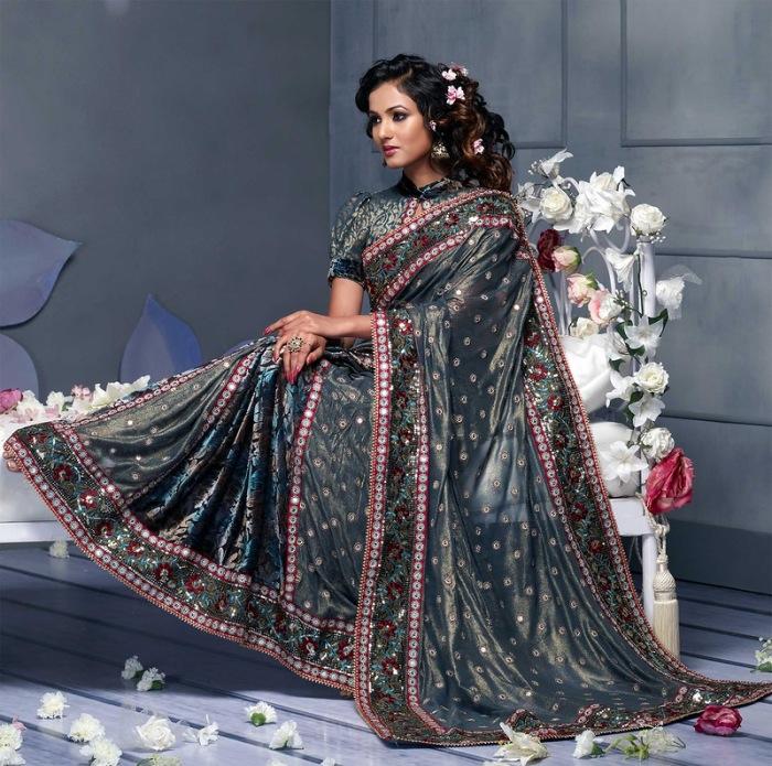 По легенде, царь Пандав проиграл в кости все имущество, включая жену. Когда победители хотели надругаться над прекрасной Драупади, они не смогли размотать ее одежду – ткань стала бесконечной.
